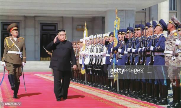 Kim Jong-un inspectant ses troupes avant la parade de l'anniversaire des 70 ans de la création de la Corée du Nord à Pyongyang, le 9 septembre 2018,...