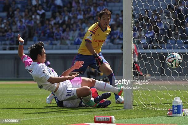 Kim Minwoo of Sagan Tosu scores his team's first goal during the JLeague match between Yokohama FMarinos and Sagan Tosu at Nissan Stadium on May 10...