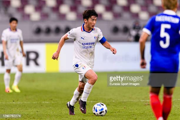 Kim Minwoo of Suwon Samsung runs with the ball during the AFC Champions League Round of 16 match between Yokohama F.Marinos and Suwon Samsung...