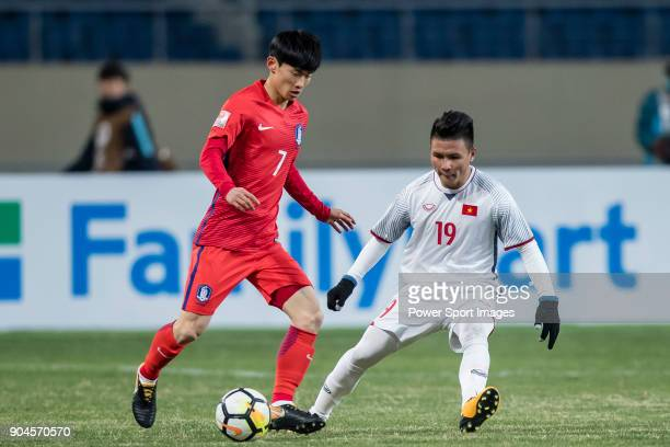 Kim MoonHwan of South Korea fights for the ball with Nguyen Quang Hai of Vietnam during the AFC U23 Championship China 2018 Group D match between...