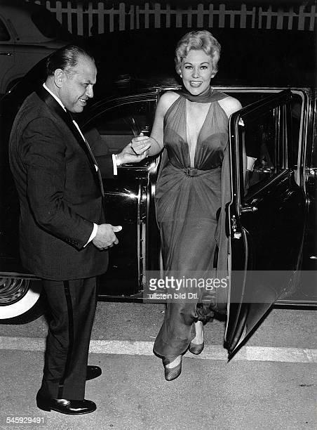 Kim Novak *Schauspielerin USAAnkunft zu den Filmfestspielen in Cannes 1956