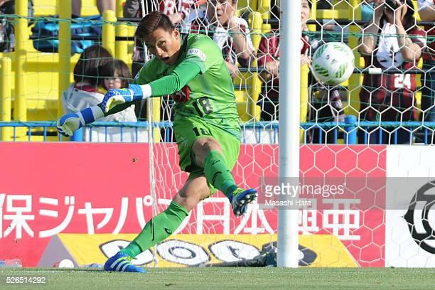 Kim Seung Gyu of Vissel Kobe in action during the JLeague match between Kashiwa Reysol and Vissel Kobe at the Hitachi Kashiwa soccer stadium on April...