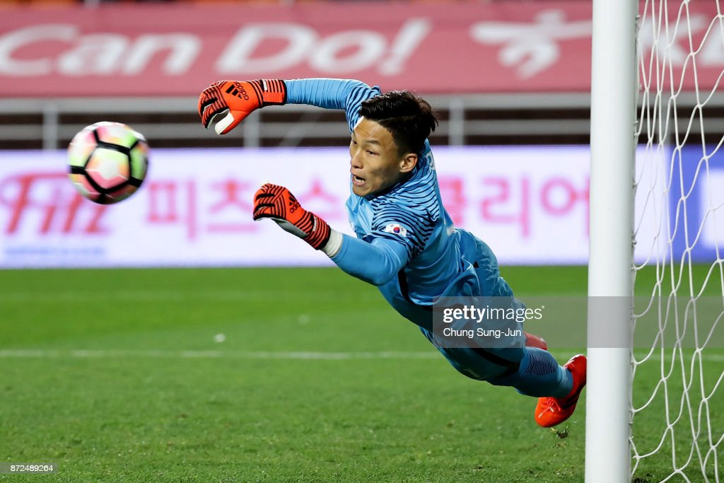 Kim Seung-Gyu of South Korea in action during the international friendly match between South Korea and Colombia at Suwon World Cup Stadium on November 10, 2017 in Suwon, South Korea.
