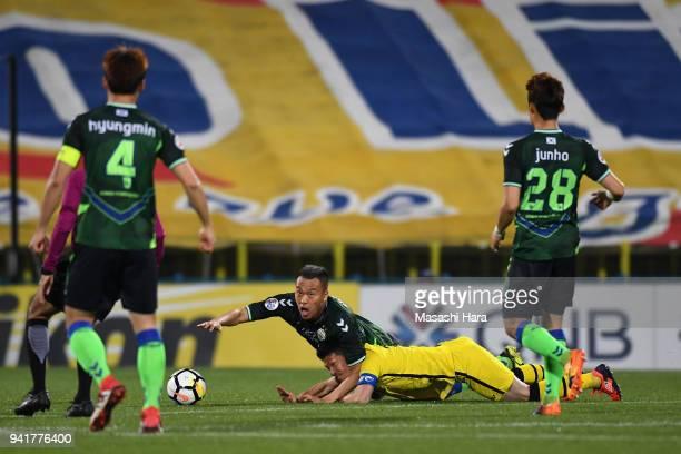 Kim Shinwook of Jeonbuk Hyundai Motors and Hidekazu Otani of Kashiwa Reysol compete for the ball during the AFC Champions League Group E match...