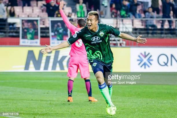 Kim Shin-Wook of Jeonbuk Hyundai Motors FC celebrates after scoring his goal during the AFC Champions League Group E match between Jeonbuk Hyundai...
