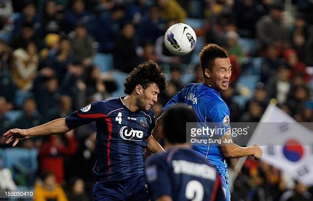 Kim ShinWook of Ulsan Hyundai in action during the AFC Champions League semi final second leg match between Ulsan Hyundai and Bunyodkor at Ulsan...
