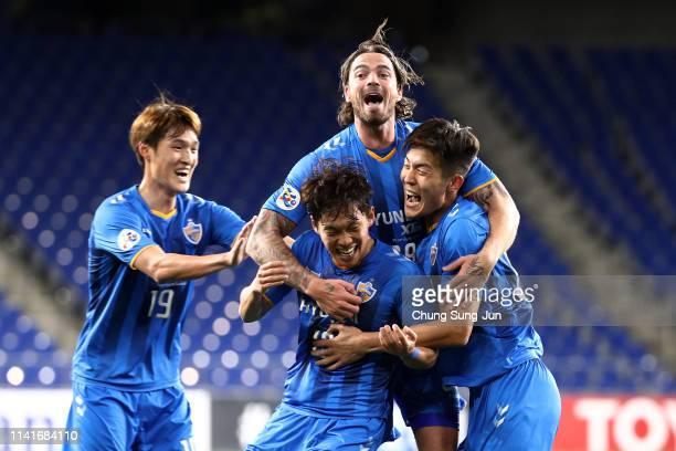 Kim Soo-an of Ulsan Hyundai celebrates scoring the opening goal with his team mates during the AFC Champions League Group H match between Ulsan...