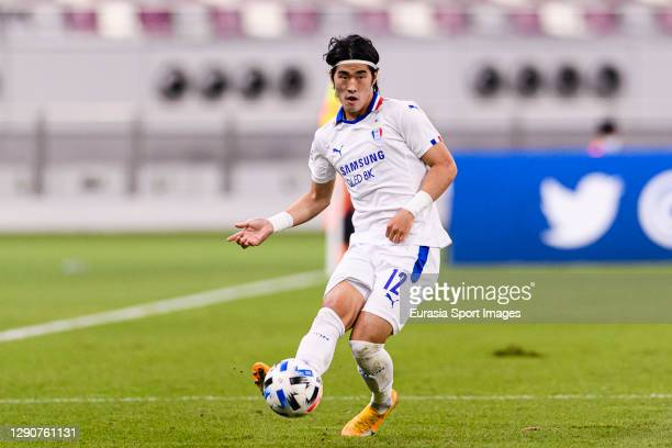 Kim Taehwan of Suwon Samsung passes the ball during the AFC Champions League Round of 16 match between Yokohama F.Marinos and Suwon Samsung Bluewings...