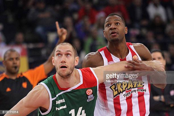 Kim Tillie #14 of Laboral Kutxa Vitoria Gasteiz competes with DJ Strawberry #8 of Olympiacos Piraeus during the 20152016 Turkish Airlines Euroleague...