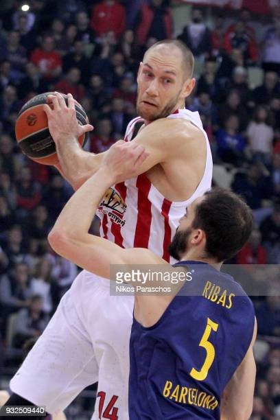 Kim Tillie #14 of Olympiacos Piraeus competes with Pau Ribas #5 of FC Barcelona Lassa during the 2017/2018 Turkish Airlines EuroLeague Regular Season...