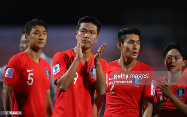 Kim Young-Gwon of South Korea applauds the crowd after the AFC Asian Cup round of 16 match between South Korea and Bahrain at Rashid Stadium on...