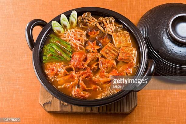kimchi nabe - とろ火で煮た ストックフォトと画像