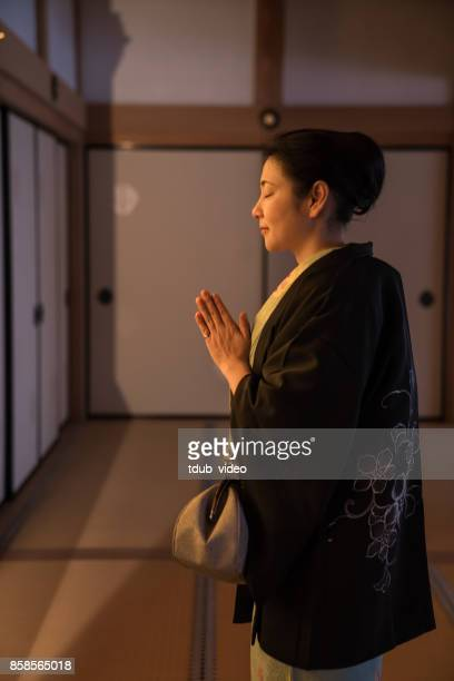 Kimono lady praying at Hyakumanben Chionji Temple