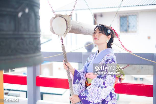 a kimono woman heading for a new year to the temple on the day when the new year is coming. - dia de ano novo imagens e fotografias de stock