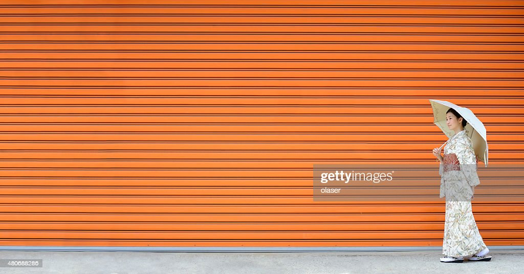 Kimono-Frau zu Fuß in der von monochrom wall : Stock-Foto