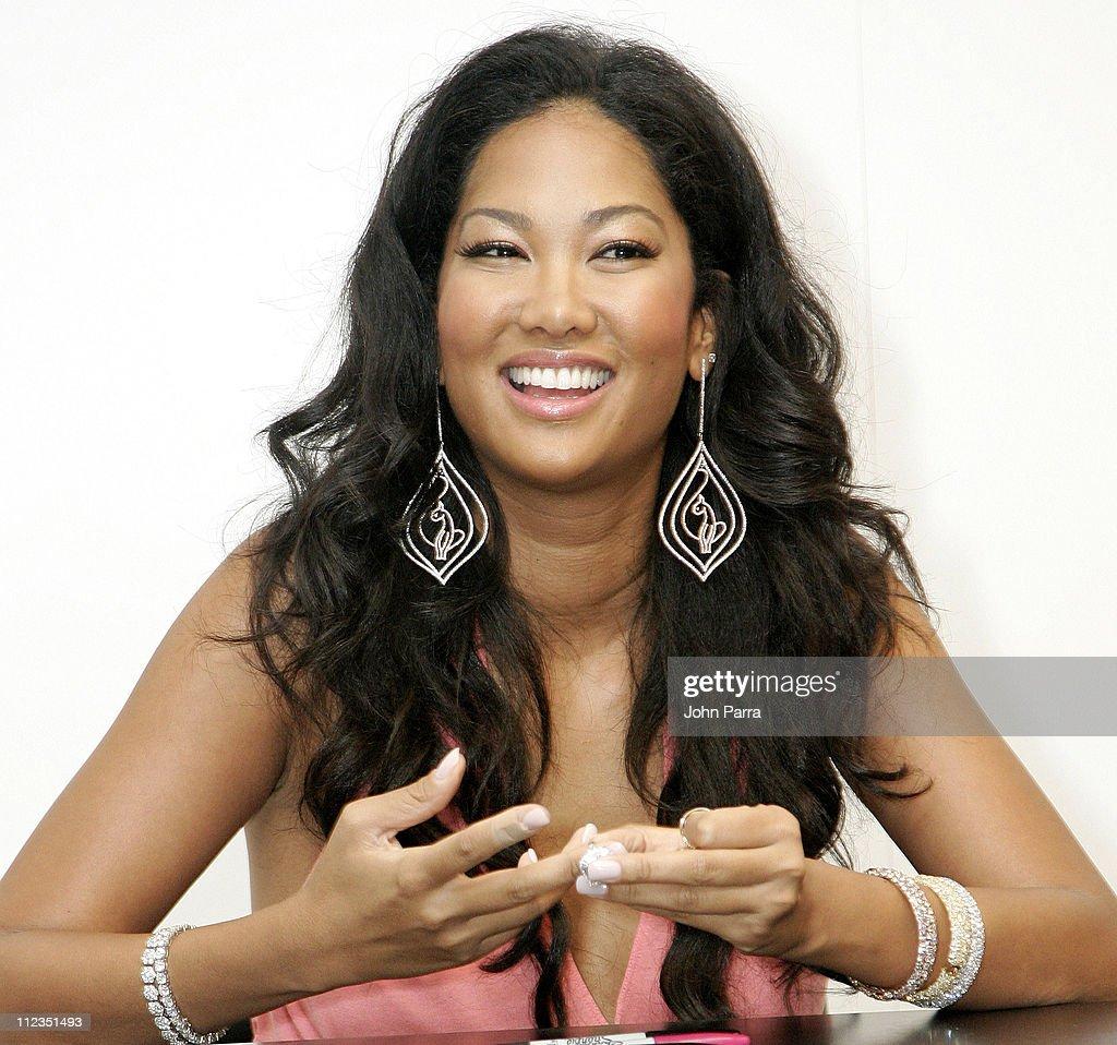 "Kimora Lee Simmons Signs Her Book ""Fabulosity"" at Macy's - June 16, 2006"