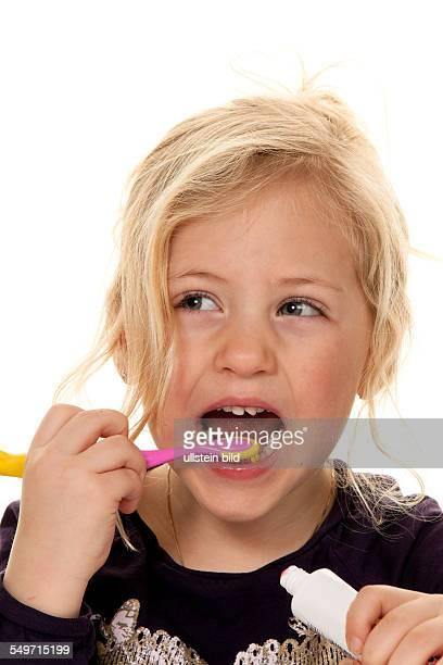 Kind beim Zähne putzen Zahnhygiene und Reinigung