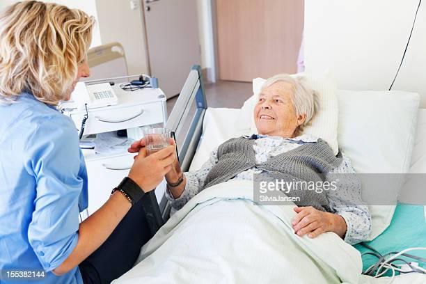 Art Pflege für senior Frau im Krankenhaus