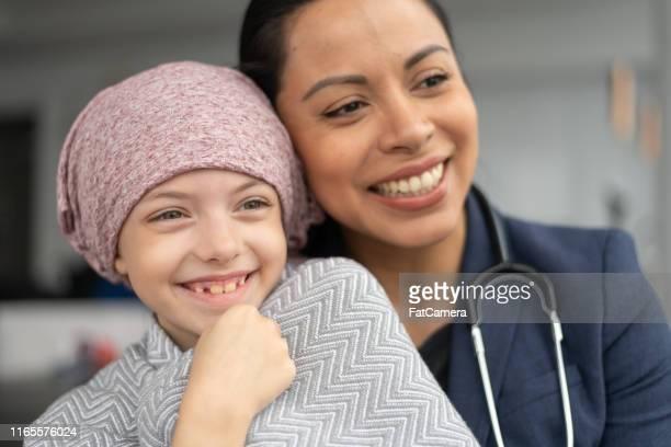 amable médico consuela a la joven con cáncer - pañuelo de cabeza fotografías e imágenes de stock