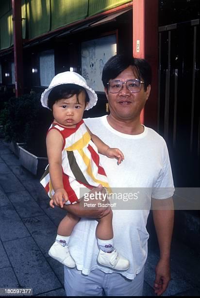 Kind Vater Tokio Japan Asien Muetze Brille auf dem Arm Reise dah