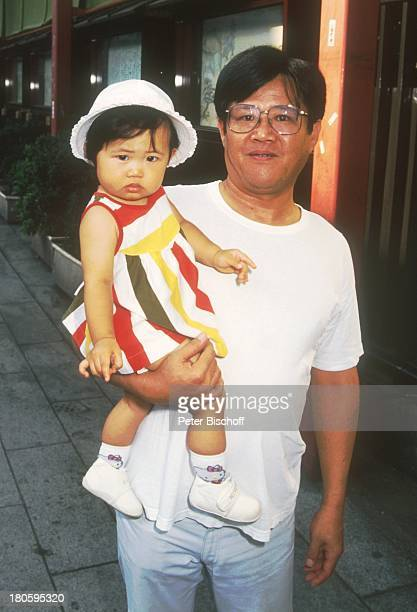 Kind Vater Tokio Japan Asien Tempelanlage Sensoji Muetze Brille auf dem Arm Reise dah