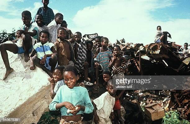 Kinder auf einer Müllkippe in derHauptstadt Maputo 00031995