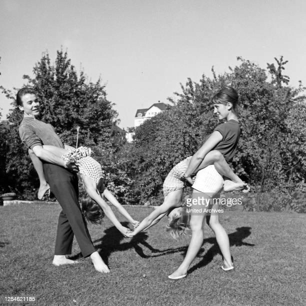 Kinder aus der Tanzschule Friedel FinkeGrieg bei Turnübungen im Park in Hamburg Deutschland 1960er Jahre