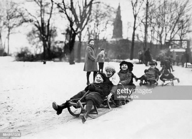 Kinder beim Schlitten fahren in Berlin Robert Sennecke Originalaufnahme im Archiv von ullstein bild