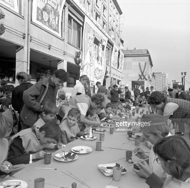 Kinder bemalen während des Deutsch-Sowjetischen Jugendfestivals Figuren, aufgenommen im Oktober 1970 in Dresden. Im Hintergrund sieht man...
