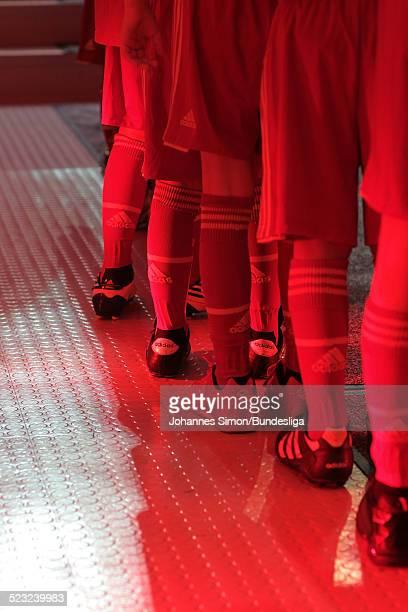 Kinder der FC-Bayern-Fussball-Eskorte warten am im Spieler-Tunnel auf den Start des Bundesliga Spieles zwischen dem FC Bayern Muenchen und Borussia...