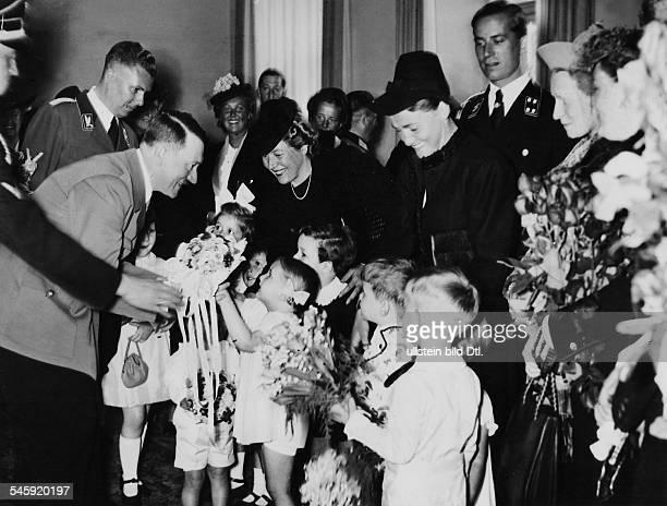 Kinder der Mitarbeiter gratulieren Adolf Hitler Ganz links Albert Bormann