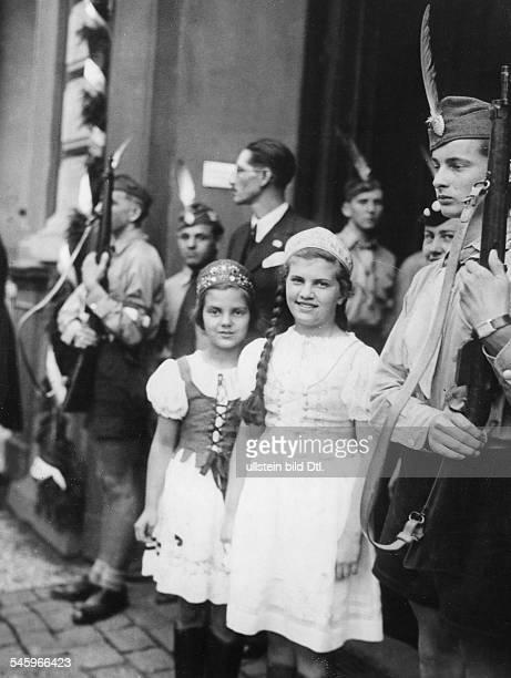 Kinder der ungarischen Kolonie in Landestracht vor dem Ungarischen Institut der Friedrich-Wilhelm-Universität amKupfergraben in Berlin in Erwartung...