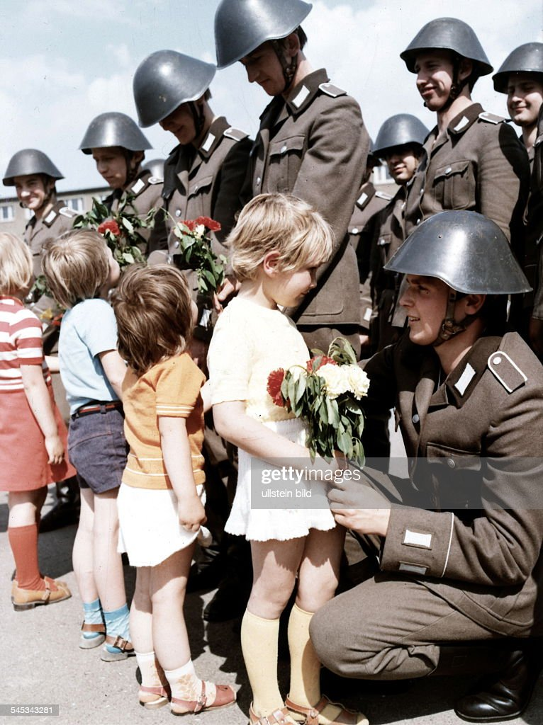 kinder-gratulierensoldaten-nach-der-vere