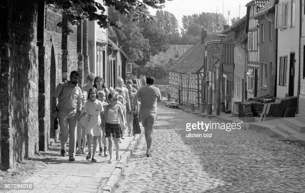 Kinder Jugendliche und Erwachsene bei einem Ausflug aufgenommen im Sommer 1984 in der Kleinstadt Plau am See Durch die idyllische Lage im Westen der...
