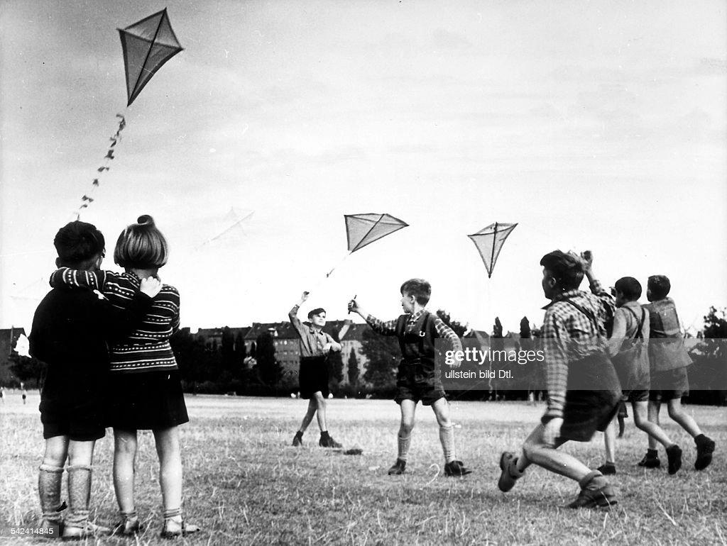 Kinder lassen im Jahnpark / Neukölln inBerlin Drachen steigen- 1953