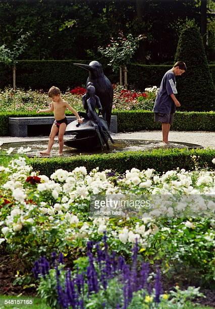 Kinder plantschen an einem Brunnen im Britzer Garten September 1999