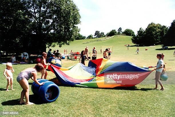 Kinder spielen im Britzer Garten - 1998