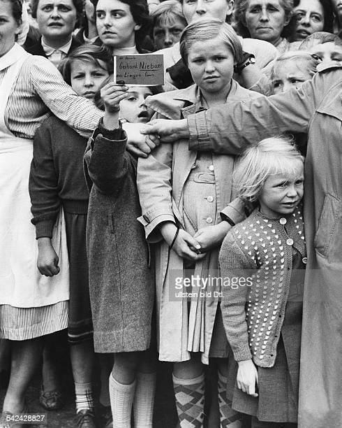 Kinder warten im Lager Friedland auf ihre Väter die aus sowjetischer Gefangenschaft heimkehren sollen Ein Mädchen hält eine Karte mit Namen und...