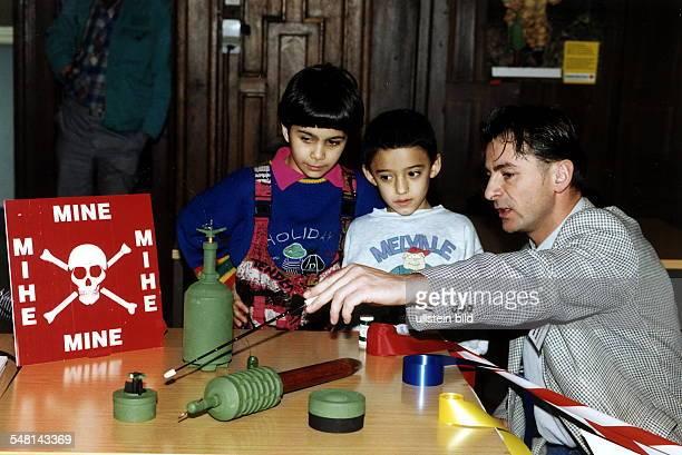 Kinder werden anhand von Modellen aus Kunststoff über verschiedene Typen von Minen aufgeklärt bei einem Seminar in Berlin veranstaltet vom Deutschen...