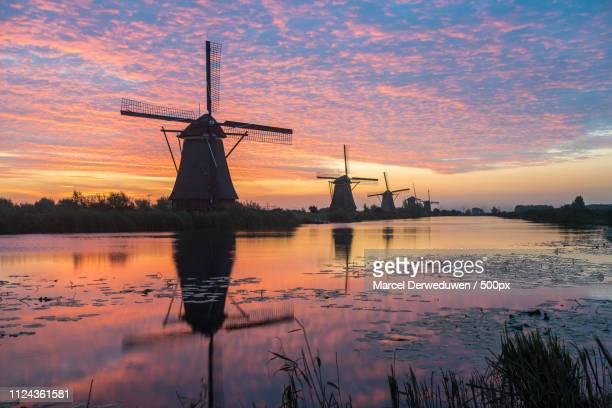 kinderdijk in holland by sunrise - キンデルダイク ストックフォトと画像