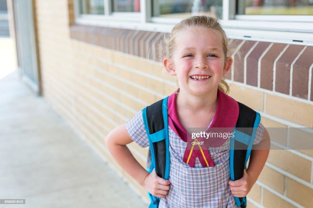 Kindergarten Primarschule Studentin für Klasse ankommen : Stock-Foto