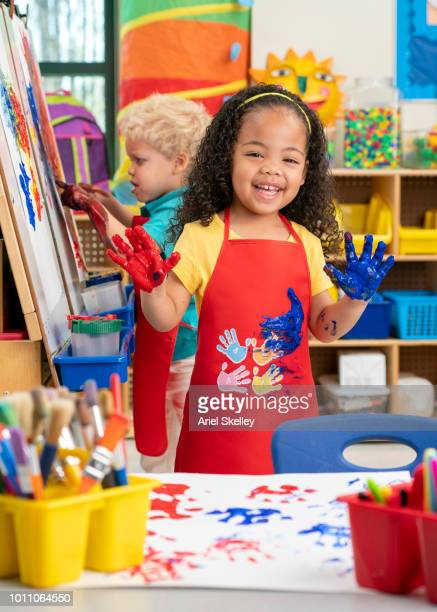 kindergarten students finger painting - 4 girls finger painting stock pictures, royalty-free photos & images