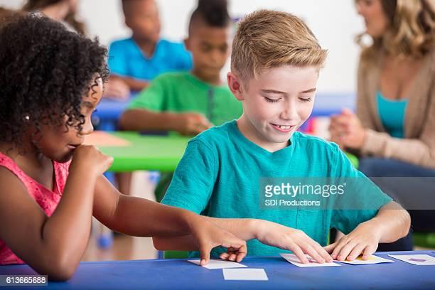kindergarten students play with flash cards - carta de baralho jogo de lazer - fotografias e filmes do acervo