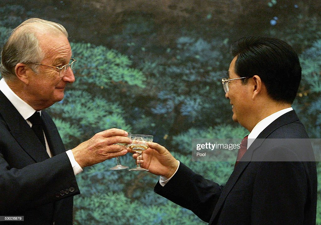 King Albert of Belgium (L) toasts with Chinese President Hu Jintao (R) during their meeting at Beijing's Great Hall of the People on June 6, 2005 in Beijing, China. King Albert will be on an eight-day visit to China, seeking to bolster trade and political co-operation with the emerging Asian power.