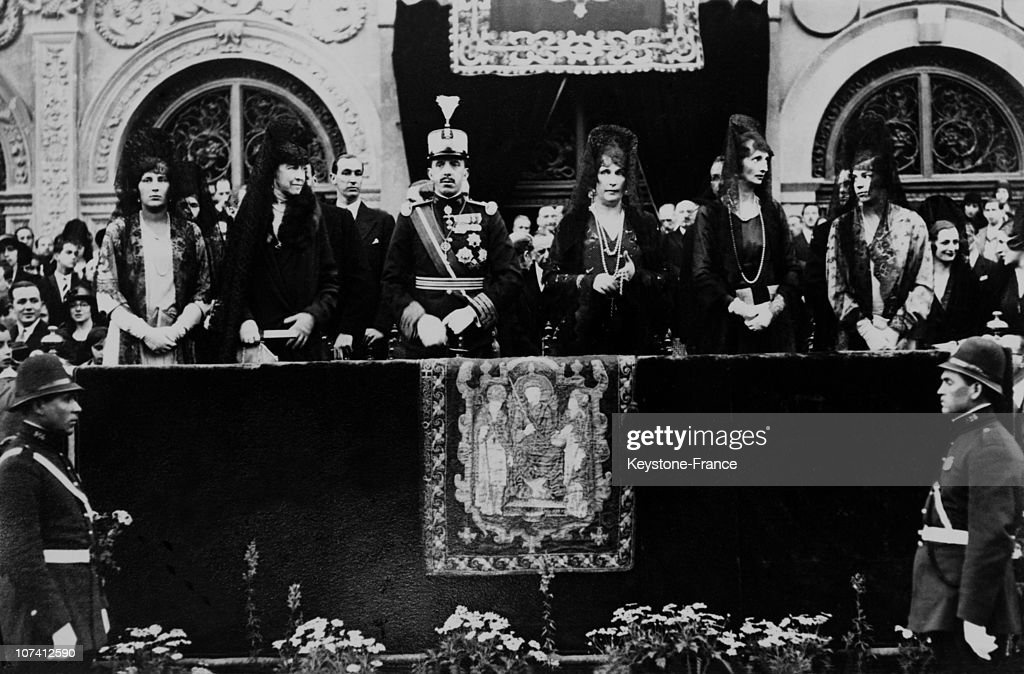 King Alfonse Xiii, Queen Victoria, Infantas, Marchioness Carisbroke And Duke Of Spolete At Easter Procession In Seville In 1930 : News Photo