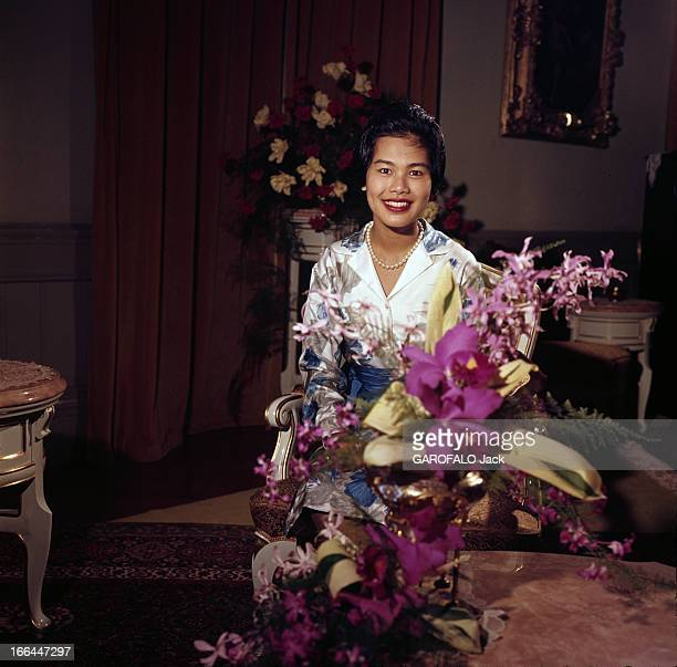 King Bhumibol Adulyadej And Queen Sirikit Sovereigns Of Thailand Thaïlande Bangkok 1961 Le roi BHUMIBOL ADULYADEJ et la reine SIRIKIT Dans le palais...