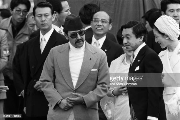 King Birendra and Queen Aishwarya of Nepal attend the welcome ceremony with Crown Prince Akihito and Crown Princess Michiko at the Akasaka State...