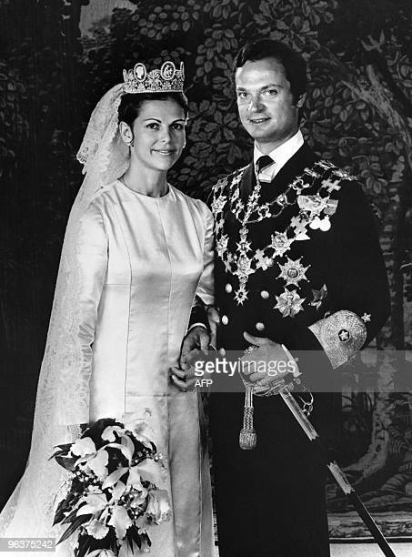 King Carl XVI Gustaf of Sweden and Miss Silvia Sommerlath pose during their wedding in Stockholm on June 19 1976 AFP PHOTO / PRESSENSBILDT
