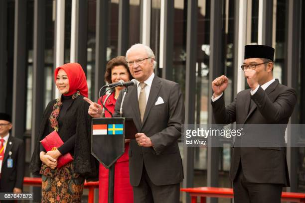 King Carl XVI Gustaf of Sweden gives a brief speech to a gathering of Indonesian school children as Bandung Mayor Ridwan Kamil Queen Silvia second...