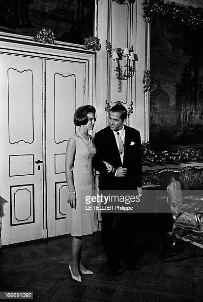 King Constantine Ii Of Greece And Princess AnneMarie Of Denmark Le 9 septembre 1964 la princesse AnneMarie du Danemark tient le bras du roi...